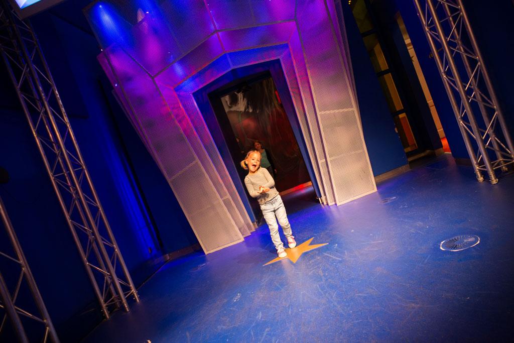 Als een echte presentatrice loopt Irza door de showdeuren.