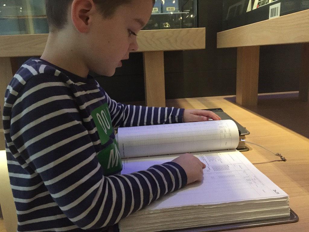 Een boek vol met cijfers. Camiel blijft er best lang in lezen.