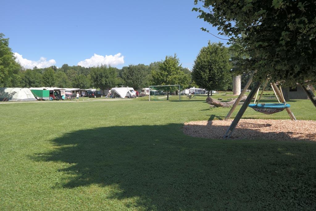 Zicht vanaf het speelveld op de kampeerplekken.