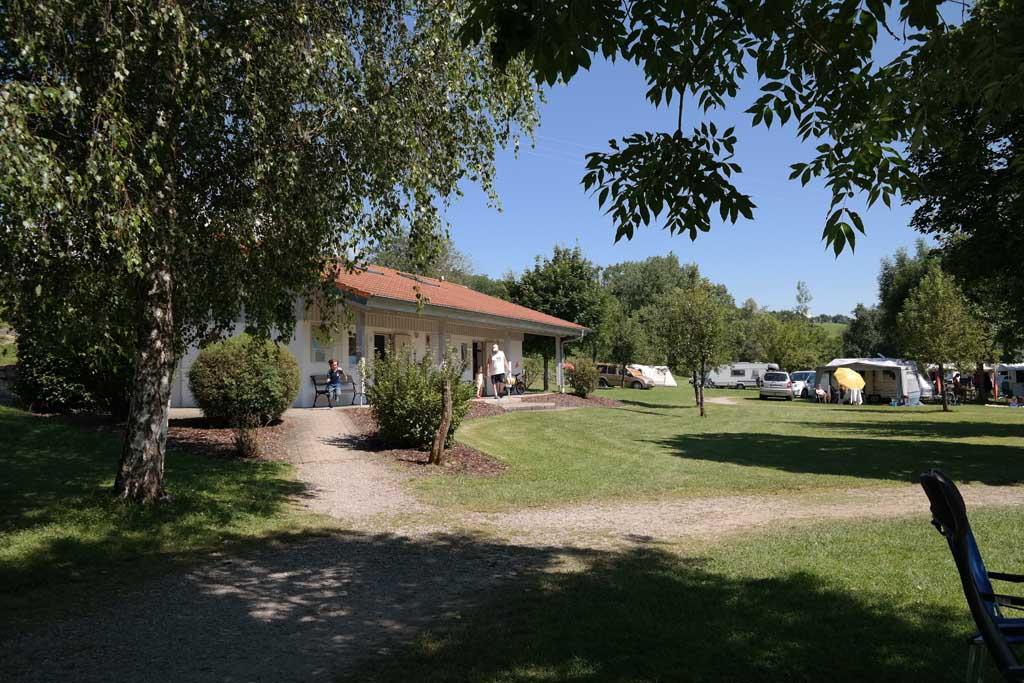 Het sanitairgebouw staat centraal op de camping.