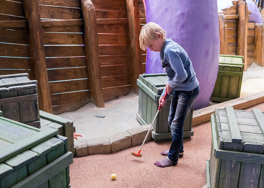 Minigolf spelen bij de piratenbaan in de Action Factory.