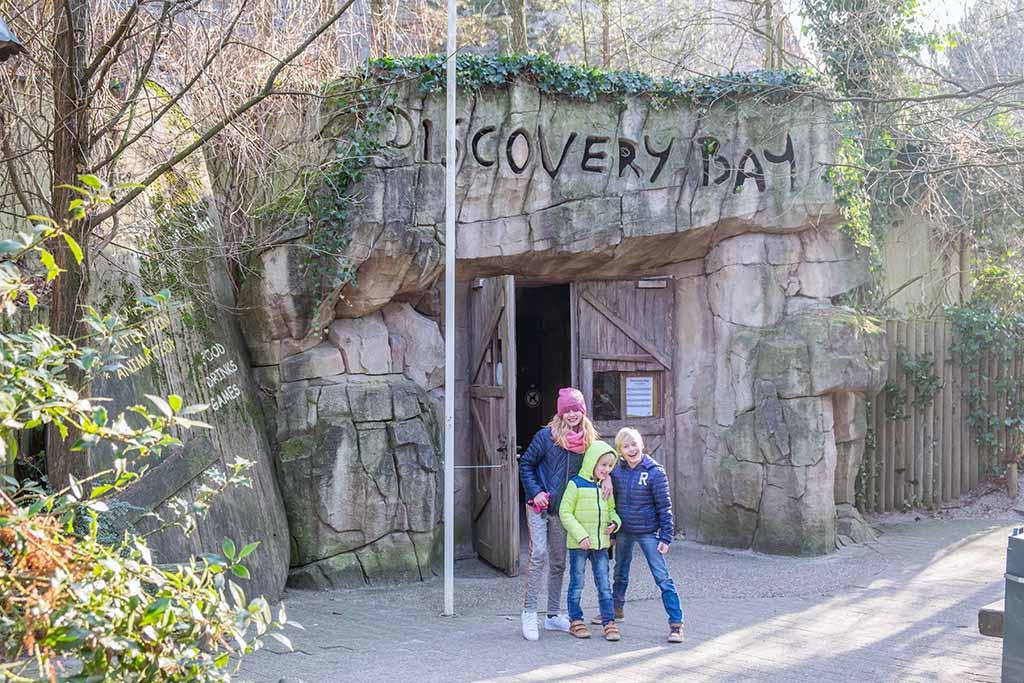 Voor de ingang van Discovery Bay, de grote binnenspeelwereld.