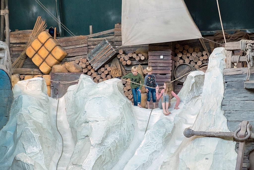 Op de rotsen en ijsschotsen kun je klimmen er er af glijden.