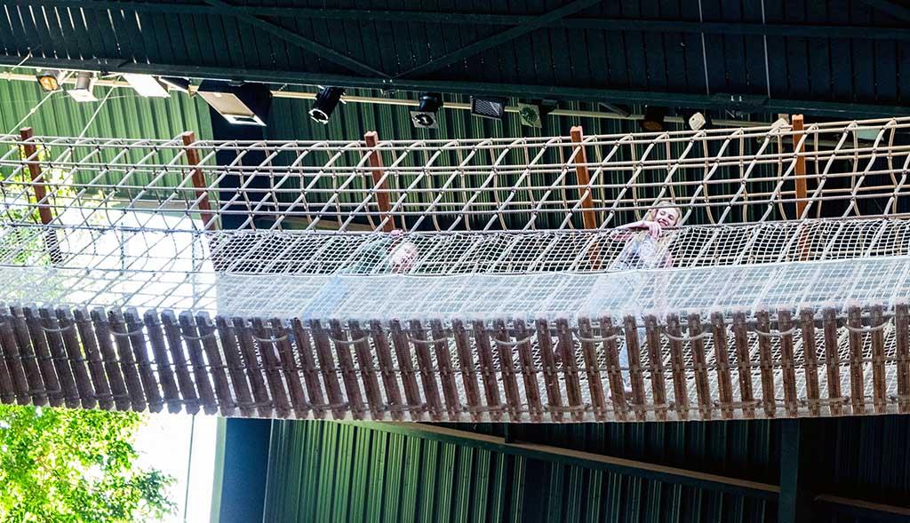 Er is ook een hele hoge touwbrug in de nok van het gebouw.