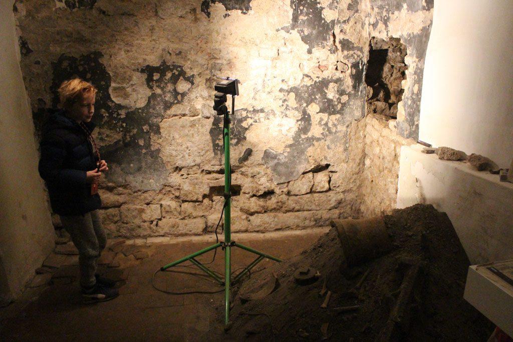 De resten van het Romeinse Rijk zijn nog te zien in de onderste lagen van deze muur.