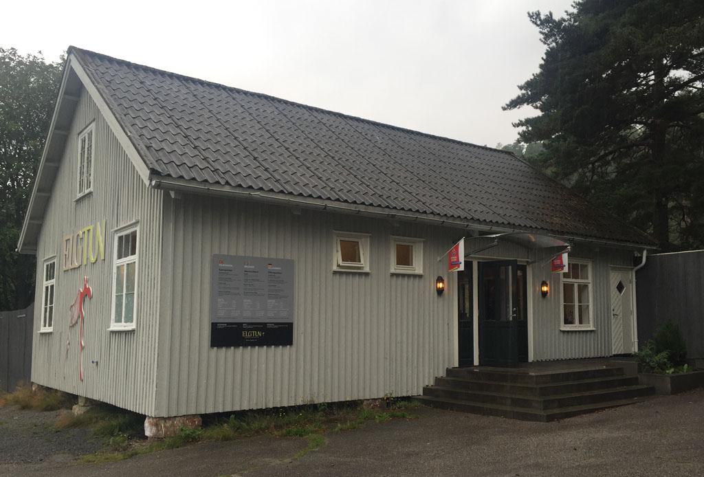 De entree van Elgtun bevindt zich in een typisch Noors gebouw.