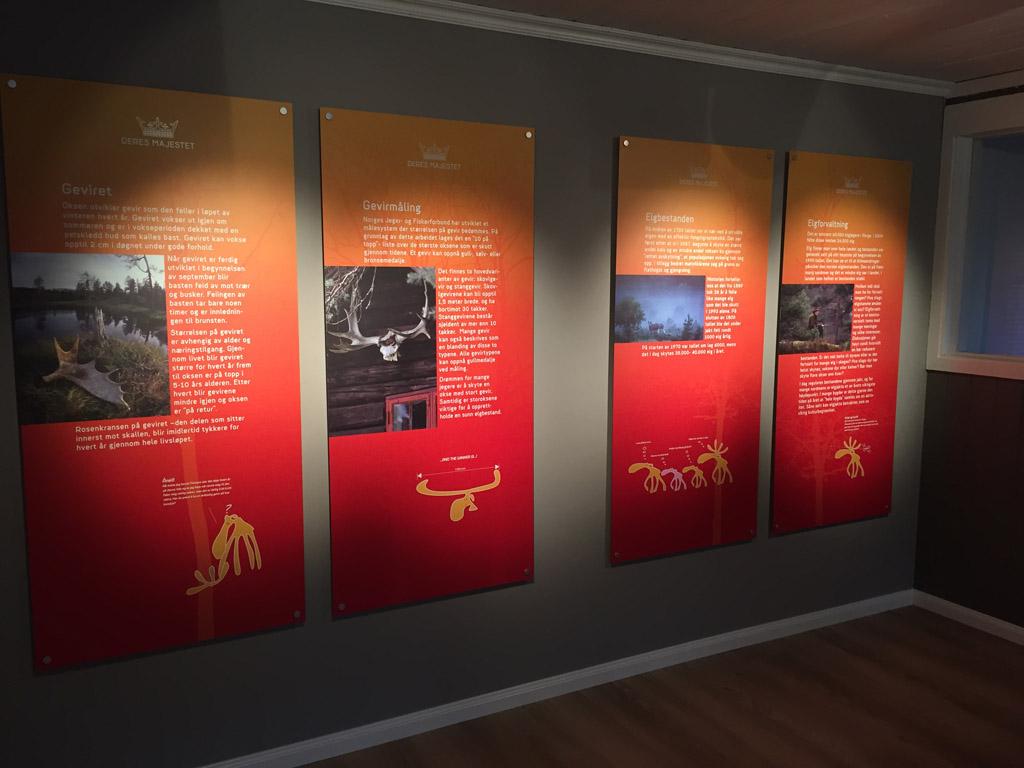 De informatiepanelen in Elgtun geven informatie in tekst, foto's en tekeningen.