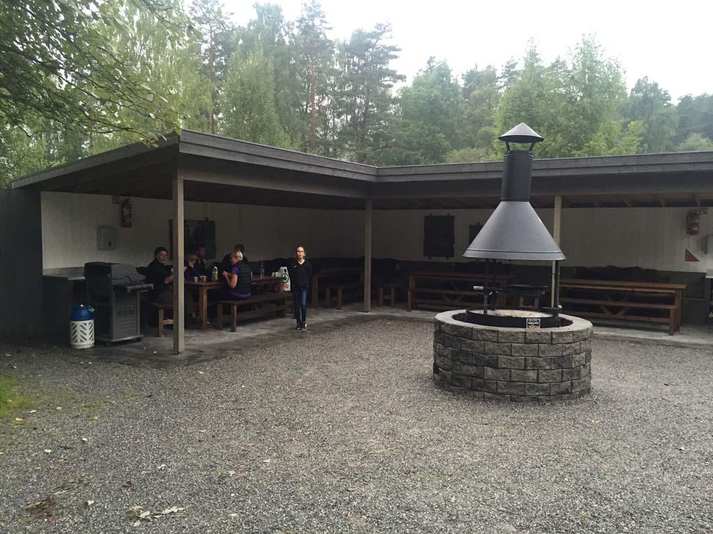 De ruime picknickplek met BBQ op het terrein van Elgtun.