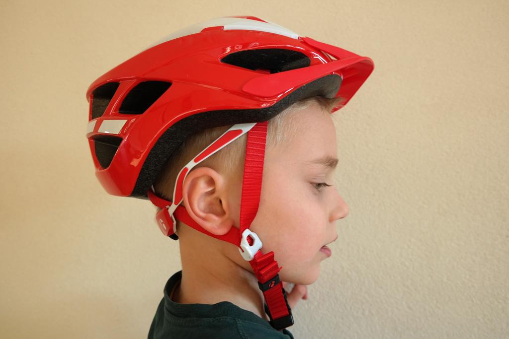 Deze helm zit verkeerd: te ver naar achteren en te los riempje.