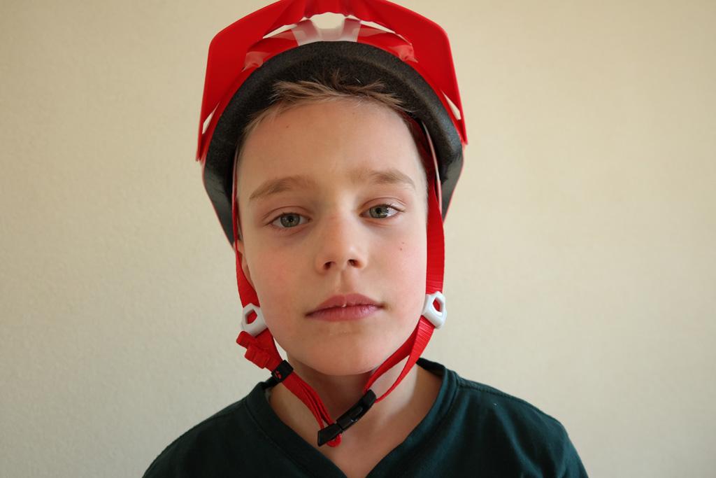 Losse bandjes en helm te ver naar achteren geven onvoldoende bescherming.