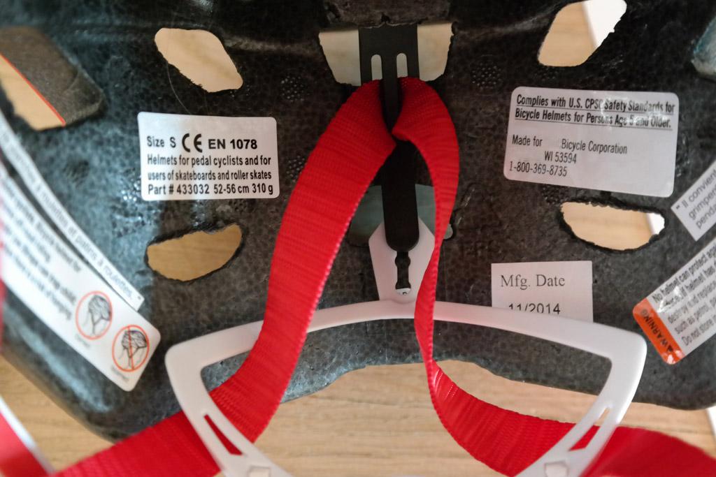 Maat, norm en fabricagedatum aan de binnenkant van de helm.