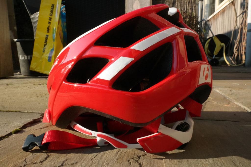 Een helm die aan de achterkant verstelbaar is kan, ook bij kinderen, nog jaren mee.