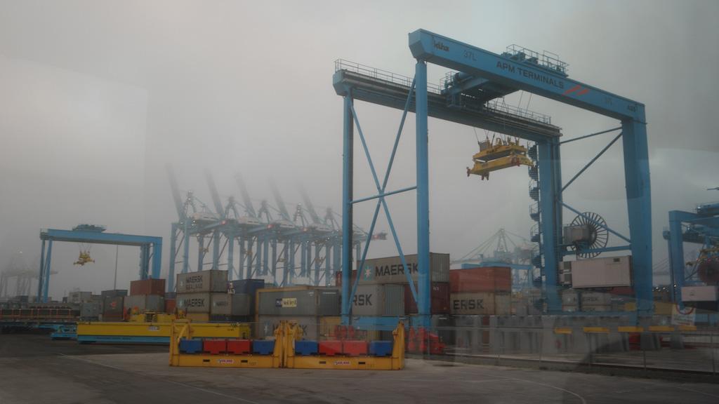 Grote kranen tillen de containers.