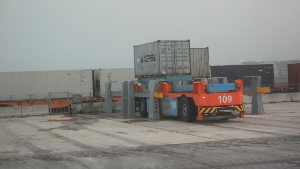 De onbemande karretjes brengen de containers naar de plek waar ze moeten zijn.