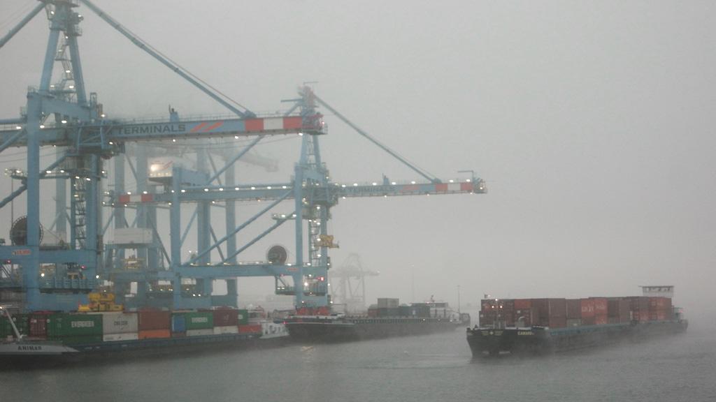 Ook kleinere schepen komen hier om vracht over te slaan.