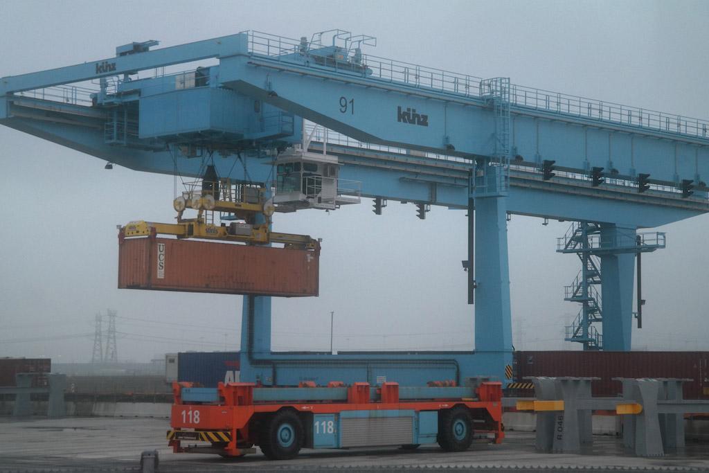 Een container wordt overgezet (foto: Suzanne).