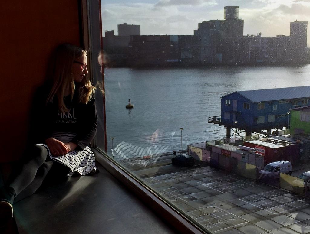 Daphne geniet van het uitzicht over de Maas.