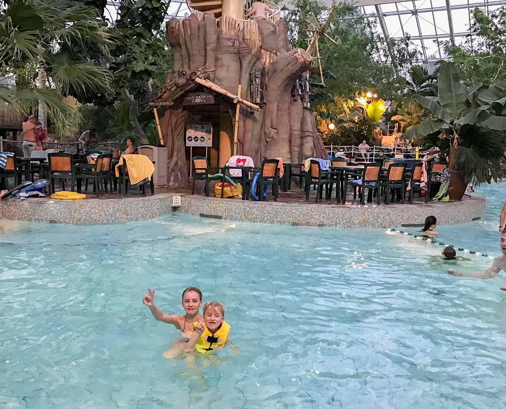Zwemmen in Aqua Mundo, het substropische zwemparadijs van Centerparcs de Vossemeren.