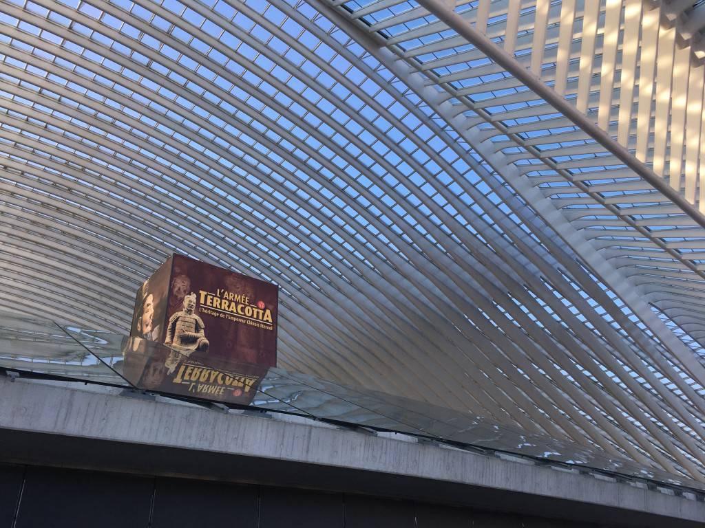 Eén van de aankondigingsborden bij de ingang van het station