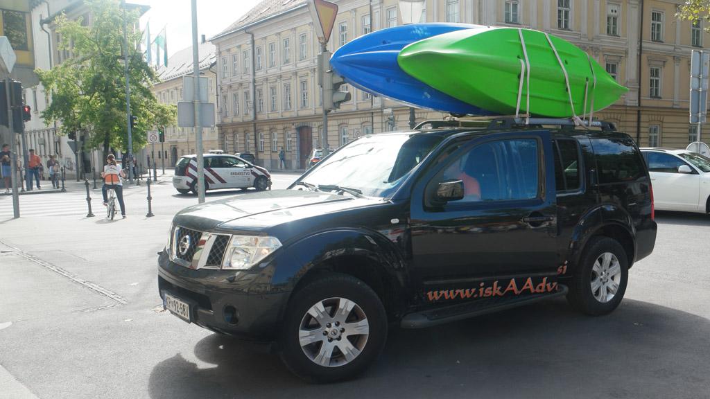 Met deze auto gaan we naar het beginpunt van onze kajaktocht in Ljubljana.