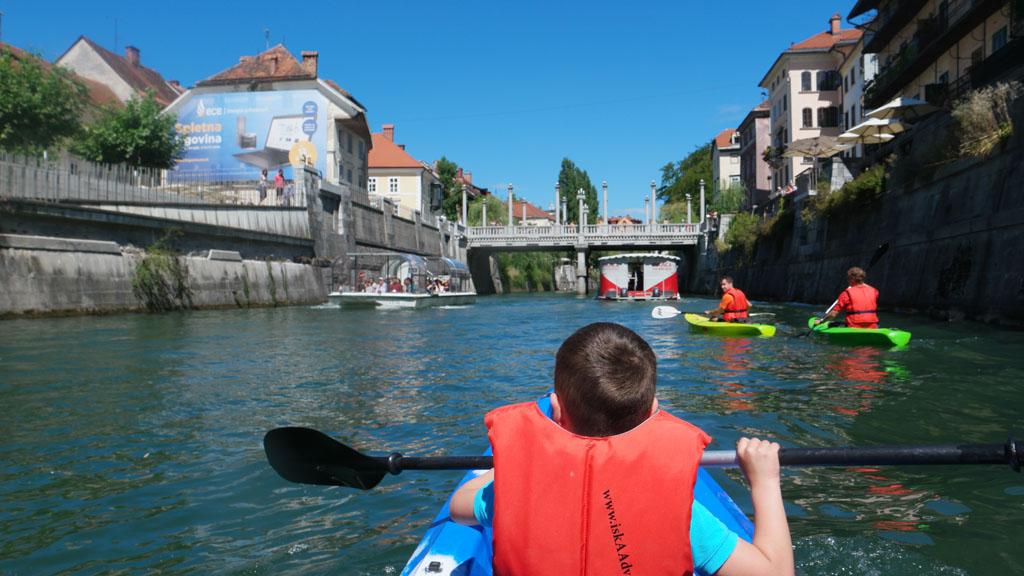 In het oude centrum van Ljubljana komen we regelmatig een rondvaartboot tegen.