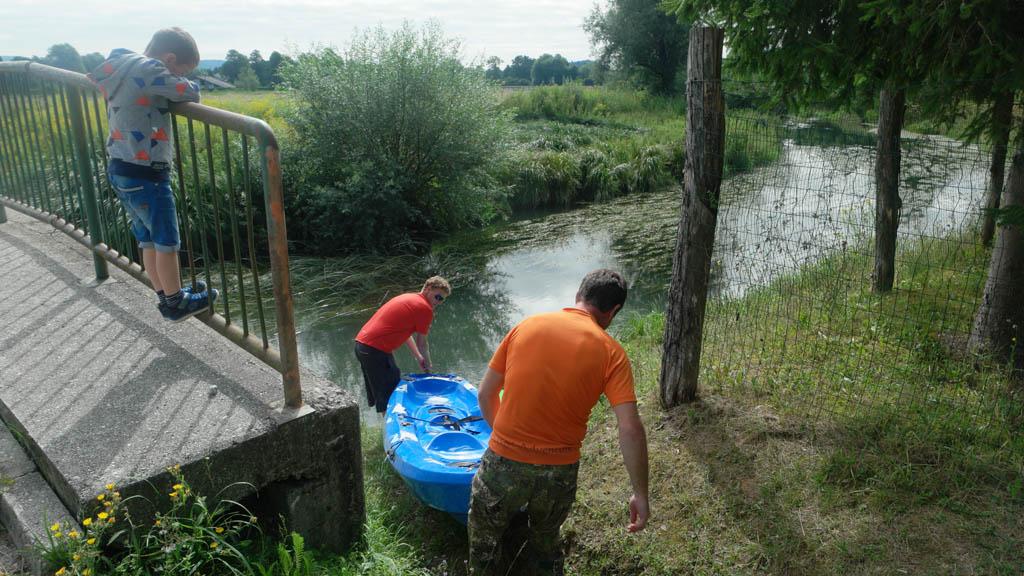 Onder toeziend oog van Camiel worden de kajaks in het water getild.