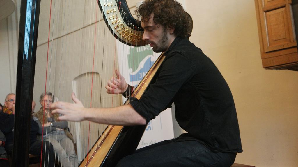 Harp spelen.