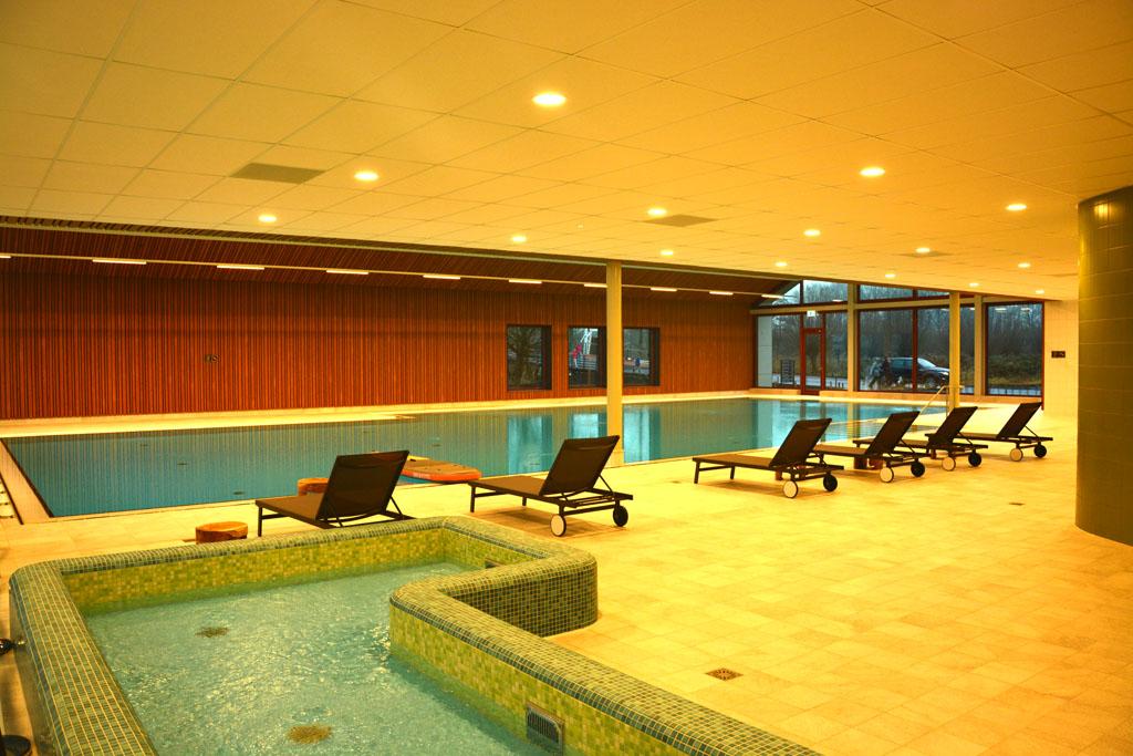 Een eenvoudig maar net zwembad met peuterbad bij Reeuwijkse Plassen