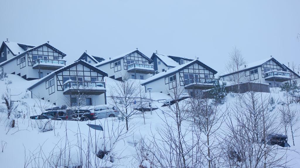 De vakantiehuisjes liggen op een heuvel.
