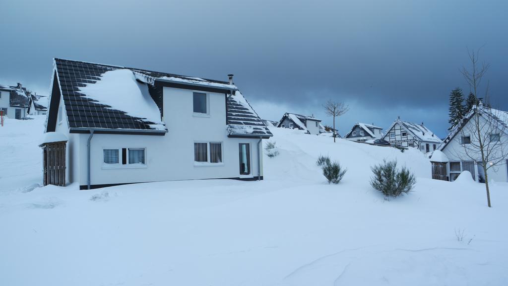 Het landschap krijgt iets magisch met de witte sneeuw en de witte huisjes.