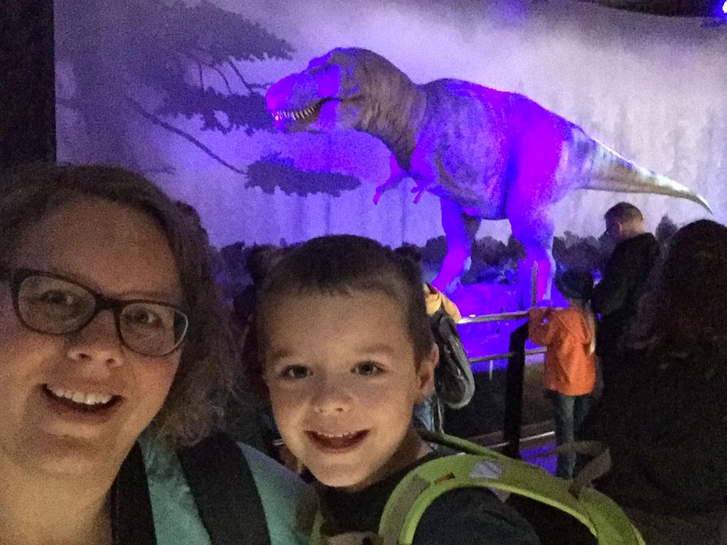 Hoe blij kan je zijn als dino-fan? Samen met een T-rex en je moeder een selfie maken.