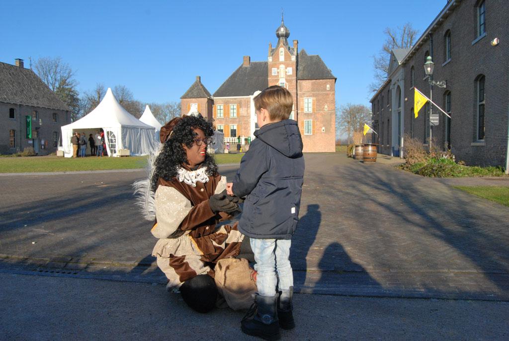 De jongens worden bij het Pietenhuis in kasteel Cannenburch ontvangen met een hand pepernoten: altijd goed!
