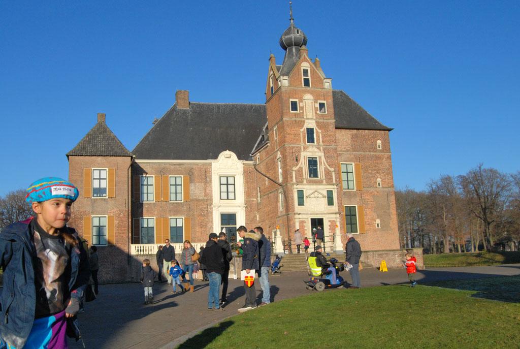 Kasteel Cannenburch ligt er prachtig bij. De blauwe lucht maakt het plaatje af.