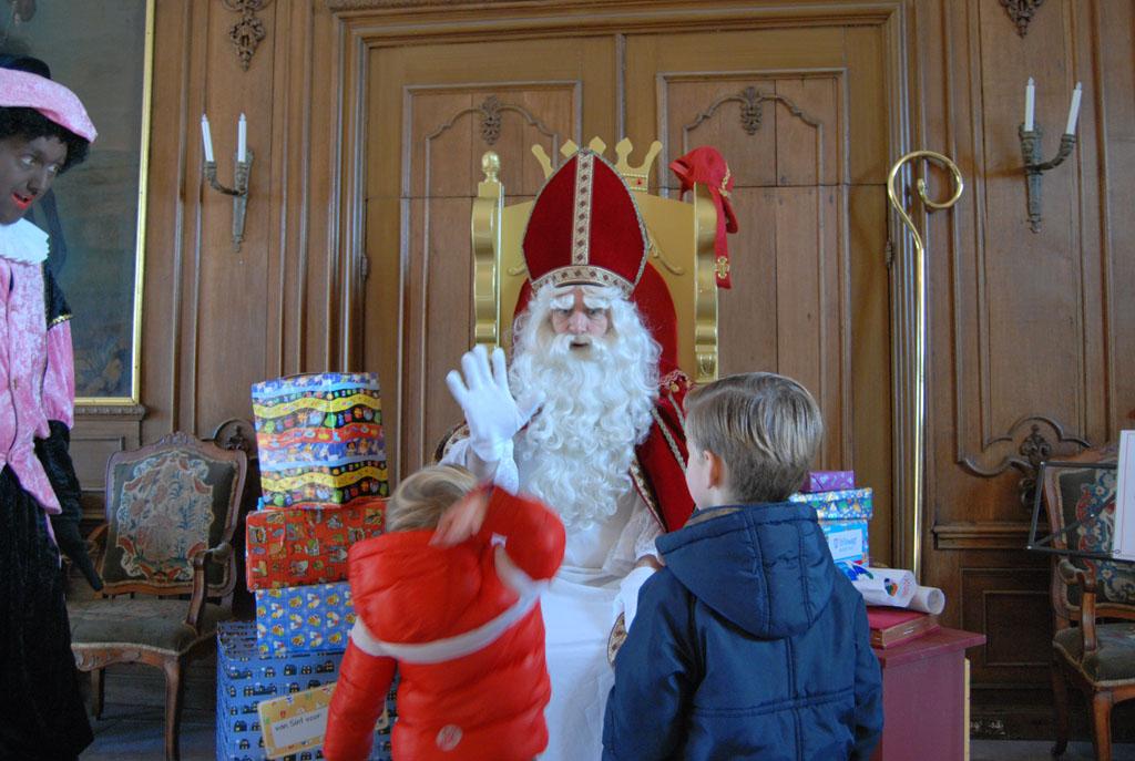 Sinterklaas vertelt over zijn verloten gouden pepernoot. Dat wordt zoeken.