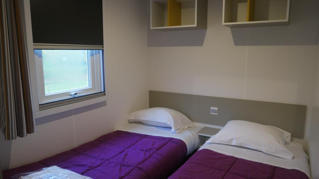 Onze mobil home heeft 2 slaapkamers met 2 1-persoons bedden.