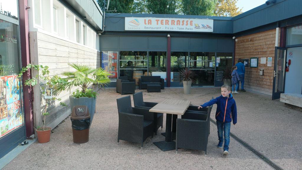 Het hoofdgebouw met de diverse faciliteiten zoals het restaurant en de campingwinkel.
