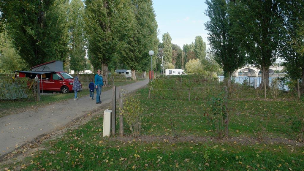 Wandelend tussen de kampeerplaatsen.