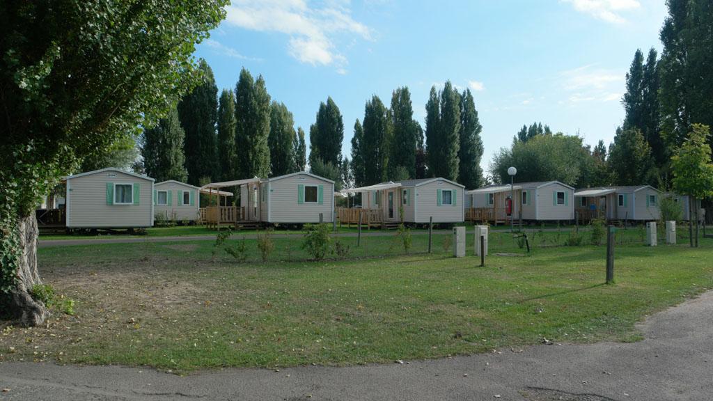 De meeste mobil homes staan in een rij naast elkaar.
