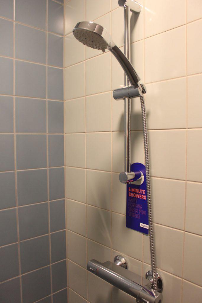 Een van de twee douches op onze kamer.