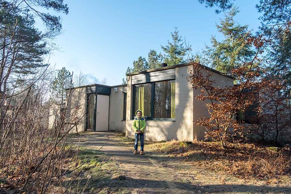 De huisjes van Centerparcs de Vossemeren zijn al wat ouder, maar liggen mooi in het bos.