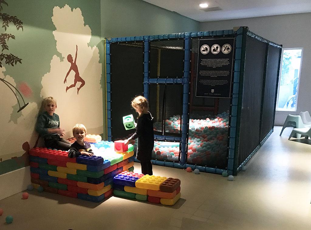 Een eigen ballenbakje bouwen in de speelkamer van het restaurant.