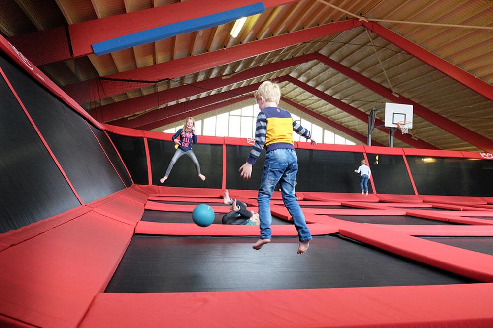 Hoge sprongen maken in de bounce-arena.