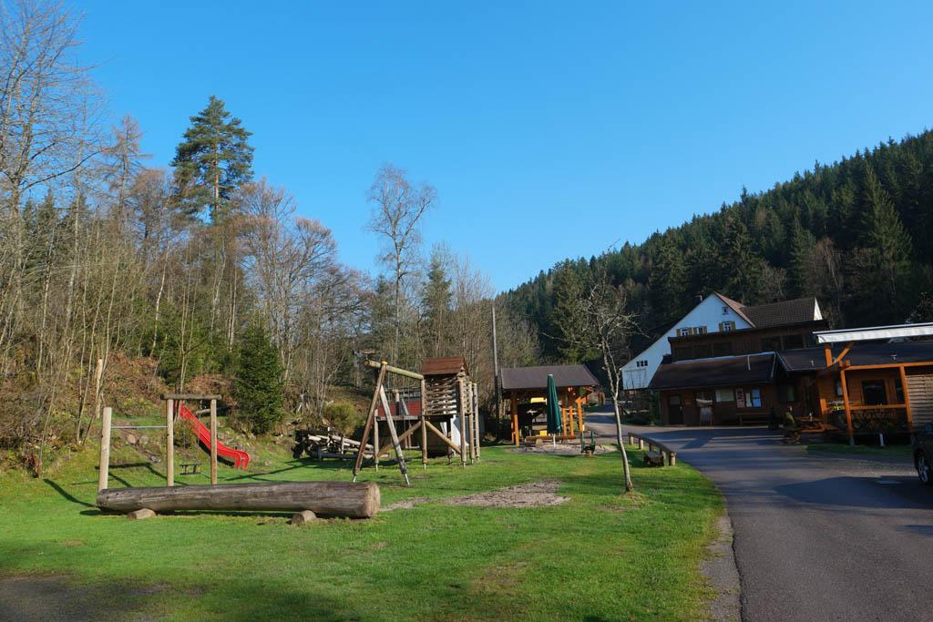 Links het speeltuintje en rechts ligt het restaurant met terras.