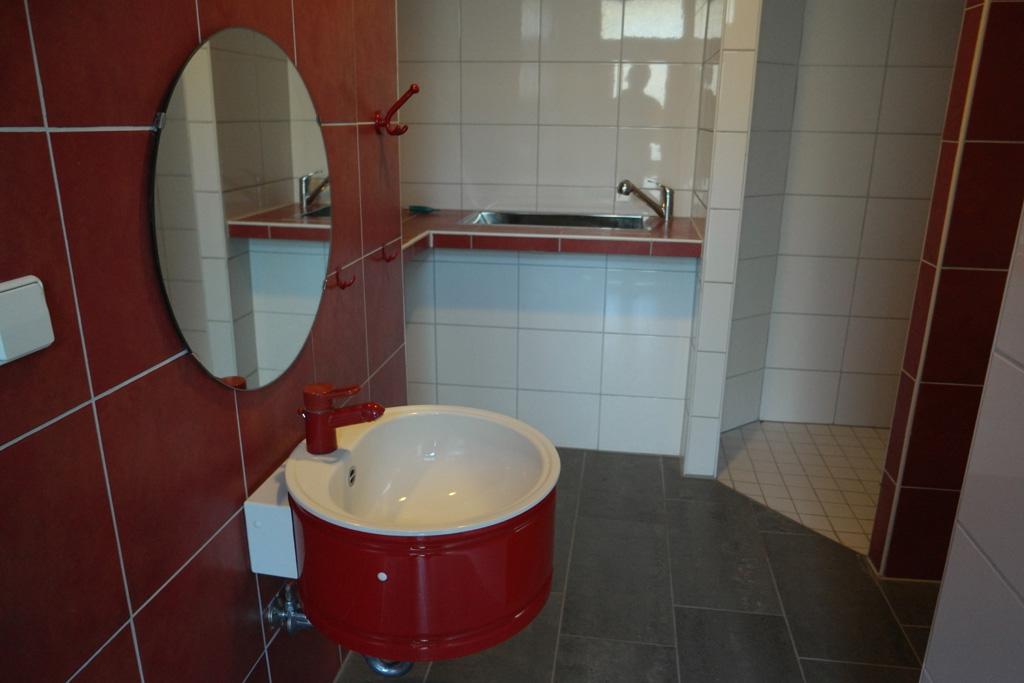 Het sanitair in het voorste toiletgebouw.