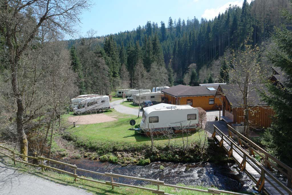 Zicht op een deel van de camping vanaf het terras bij het appartement.