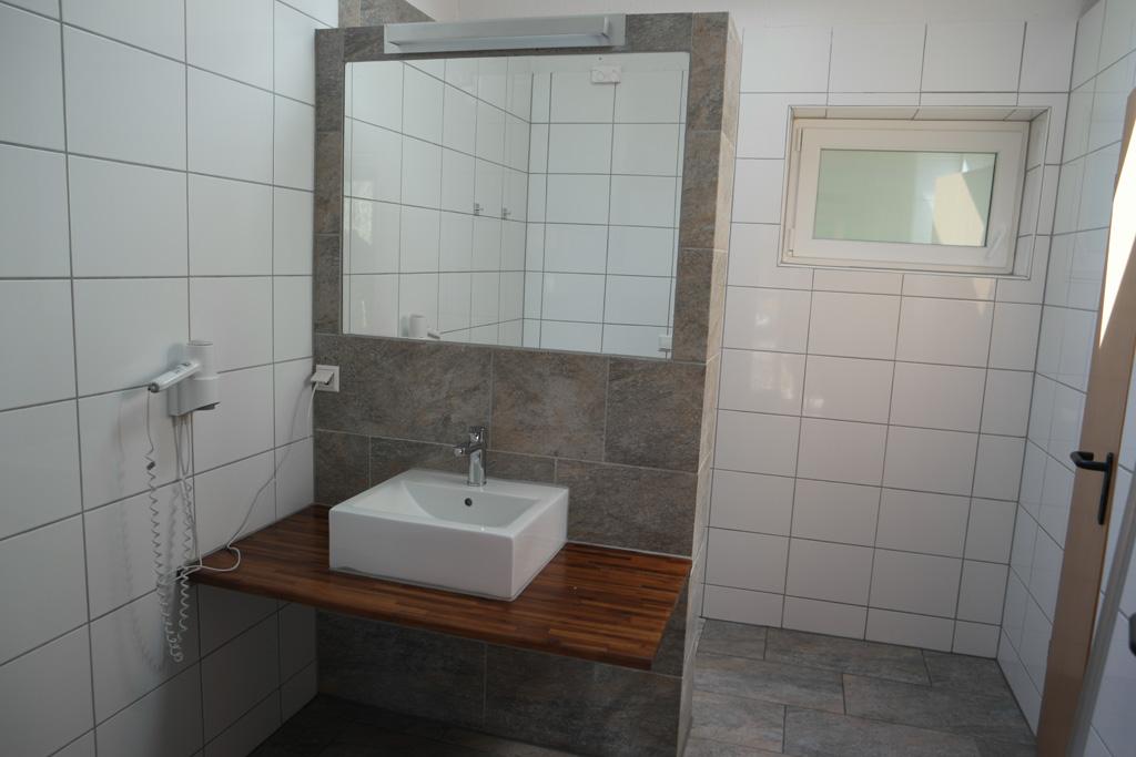 Het achterste toiletgebouw.