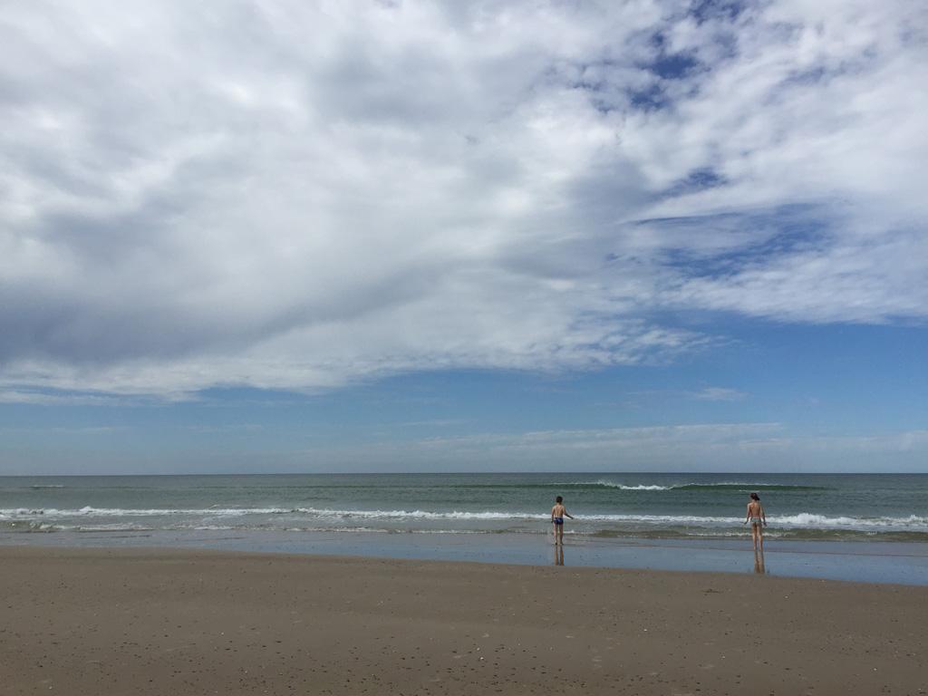 Kies je voor een van de heerlijke strandhuisjes in Denemarken, krijg je dit rustige, brede strand erbij cadeau.