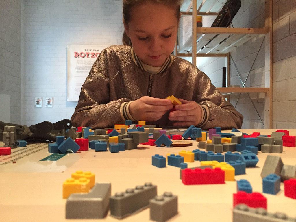 Bouwen met geprinte LEGO-blokjes.