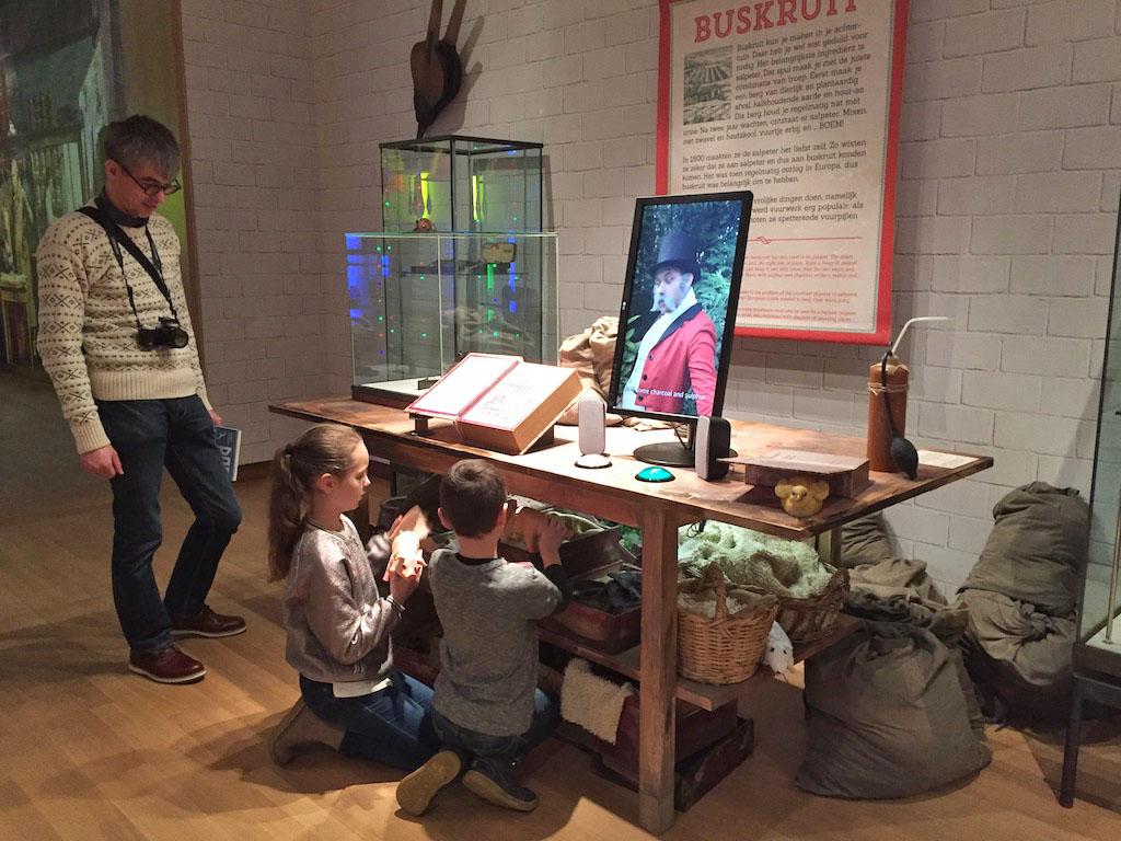 Kinderen mogen overal aanzitten bij deze tentoonstelling.