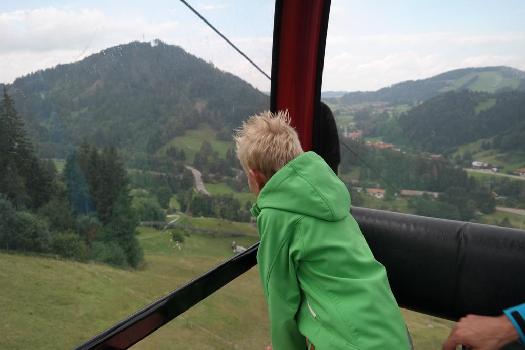 Genieten van het uitzicht in de cabinelift.